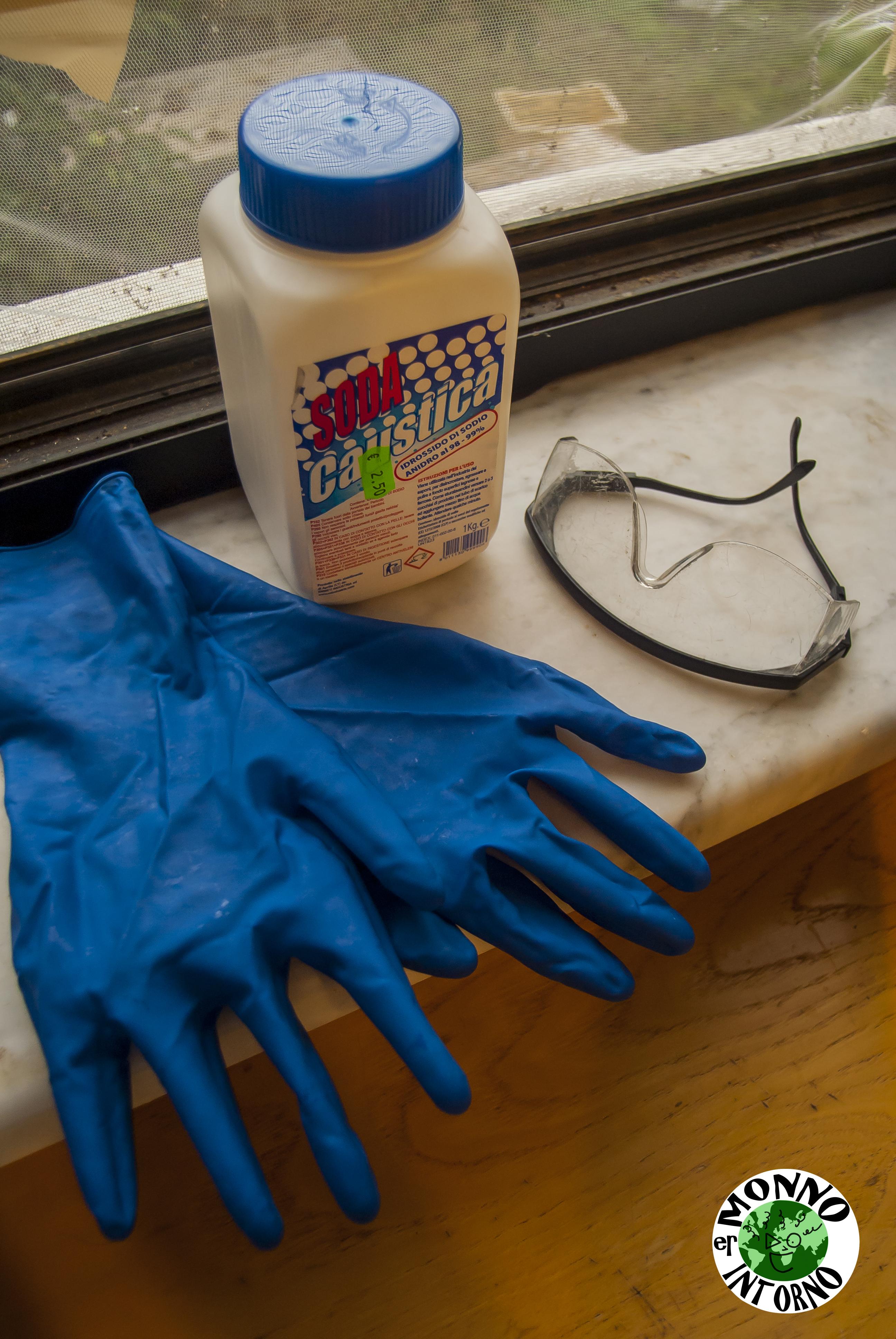 soda-caustica-guanti-e-occhiali-protettivi